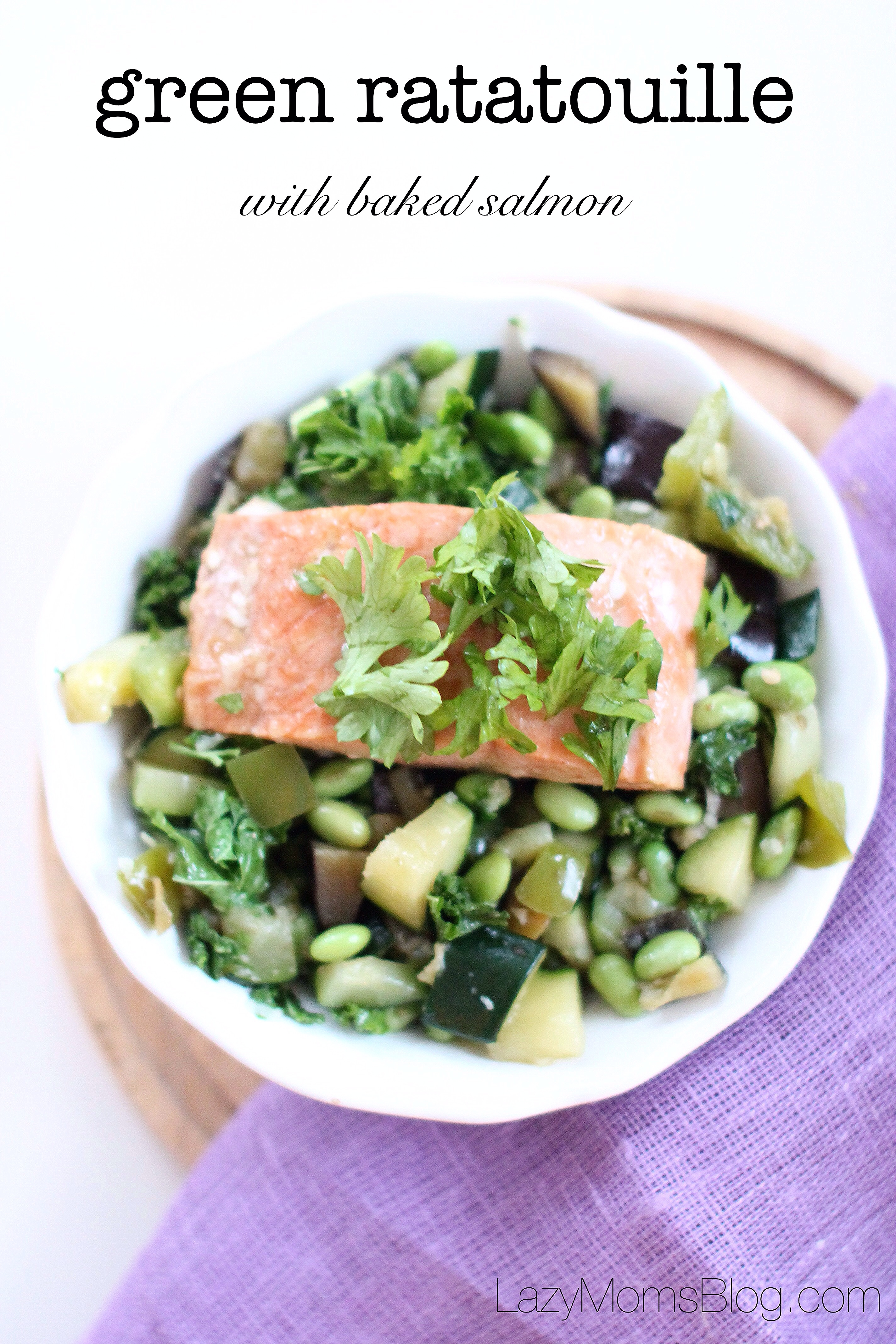 This amazing green ratatouille with kale, edame and salmon, perfect healthy and easy dinner! #healthy
